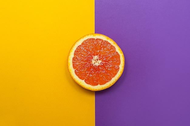 Stile minimal, layout creativo arancione su sfondo viola giallo