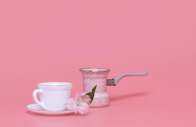 Stile minimalista una tazza di caffè e caffettiera su uno sfondo rosa. caffè turka