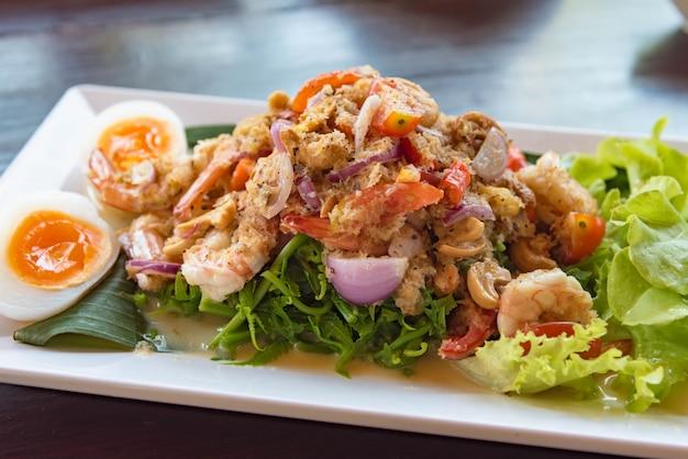 Stile tailandese dei frutti di mare dell'insalata in ristorante tailandese