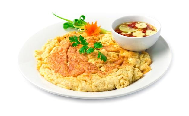 Stile tailandese dell'alimento delle uova fritte dell'omelette dentro il piatto
