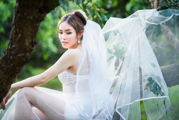 Stile tailandese di cerimonia nuziale della signora sexy asiatica della ragazza della biancheria intima