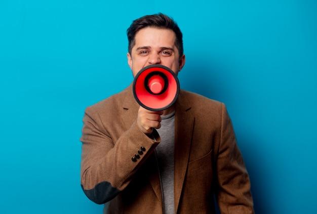 Stile uomo con megafono