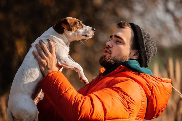 Stile uomo in piumino con cane