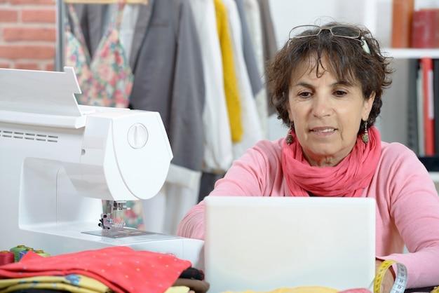 Stilista adorabile che lavora al computer portatile