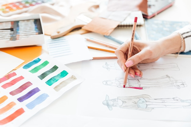 Stilista femminile che lavora agli schizzi con pittura
