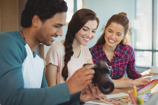 Stilisti guardando fotografie in macchina fotografica digitale