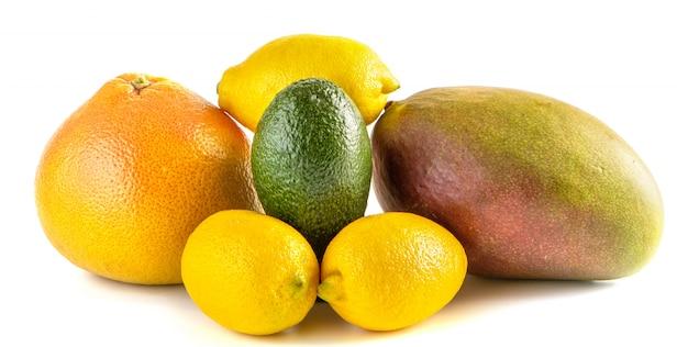 Still life di frutta pompelmo giallo e limone, avocado verde e mango rosa.