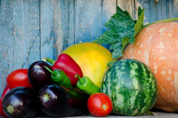 Still life di verdure autunnali: melone, anguria, melanzane, peperoni, pomodori