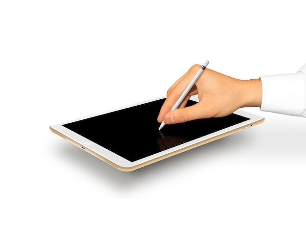 Stilo della tenuta della mano vicino allo schermo in bianco della tavola del grafico