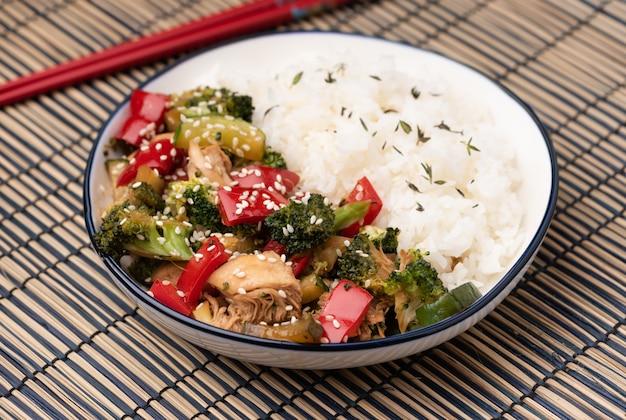 Stira di verdure fritta sul piatto blu