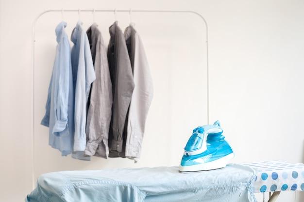Stiratura lavori domestici stirata camicie piegate concetto pulito ancora in vita
