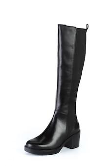 Stivali di cuoio del ginocchio alto della donna isolati su fondo bianco