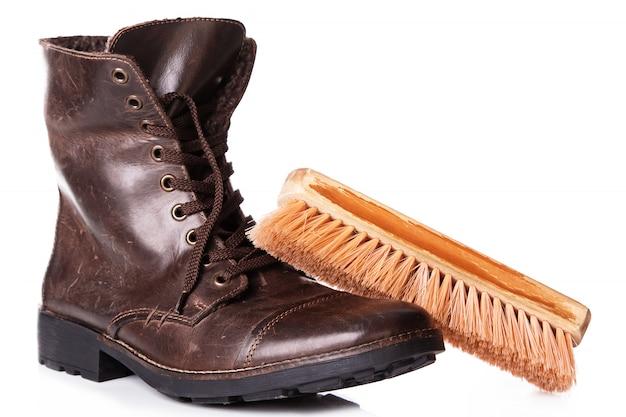 Stivali di pelle e pennello