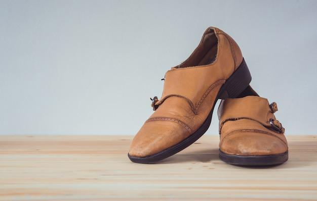 Stivali di pelle marrone sul pavimento di legno