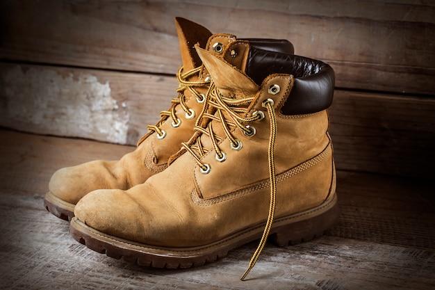 Stivali sul pavimento di legno