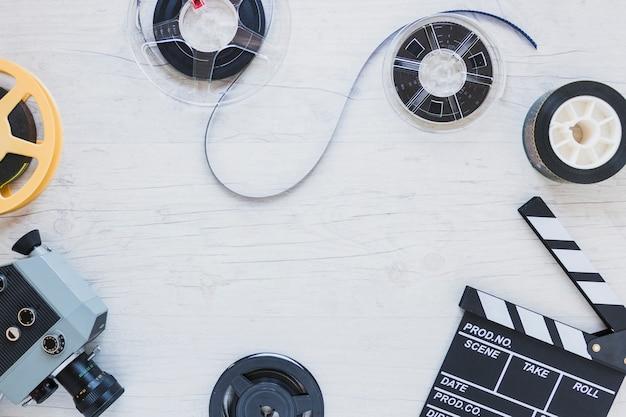Stock di film e tagliaunghie sul tavolo