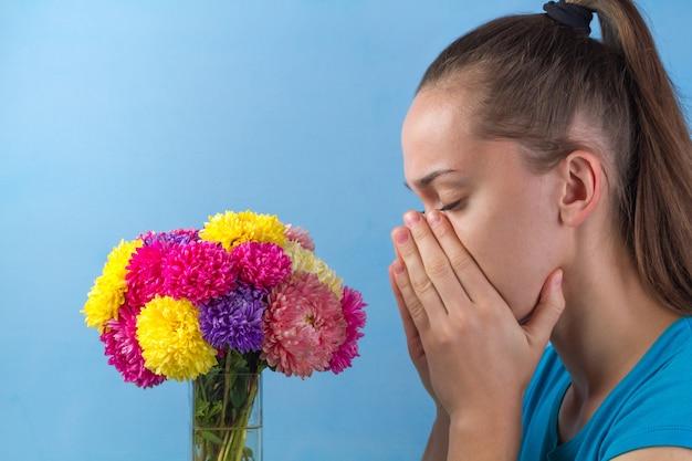 Stop alle allergie. allergia stagionale alla fioritura di fiori, piante e polline.