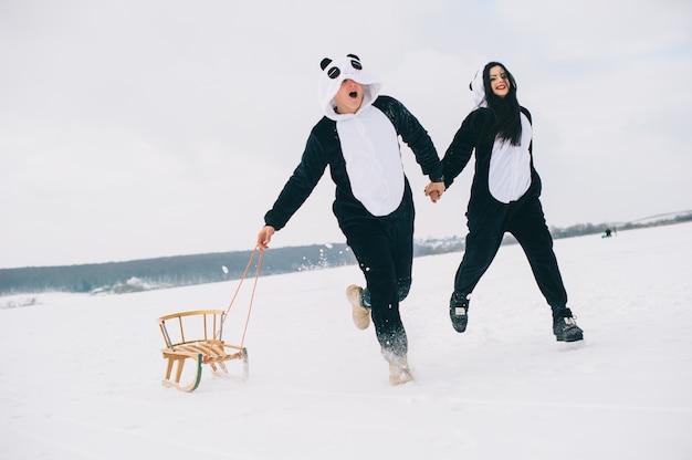 Storia d'amore invernale, una bellissima giovane coppia in abiti da panda