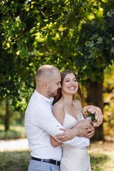 Storia d'amore nel parco. felice uomo e donna