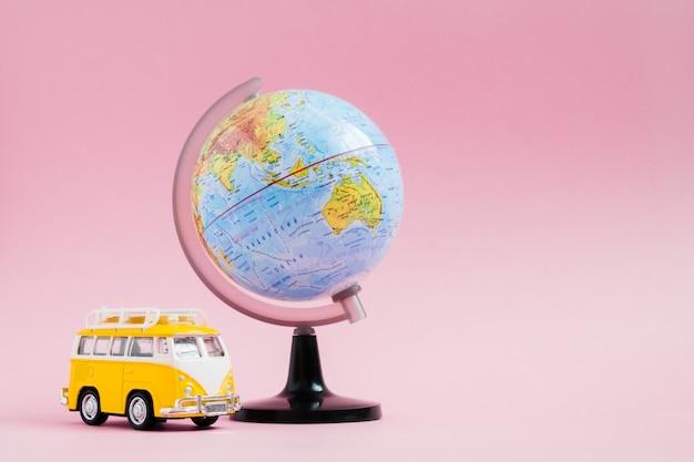 Storia di storie di avventura con il globo del mondo sul rosa