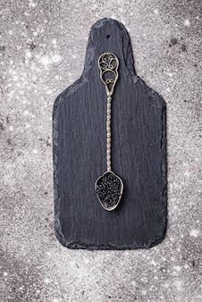 Storione caviale nero sul cucchiaio