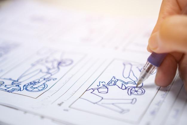Storyboard storytelling che disegna il film di sceneggiatura creativo in fase di pre-produzione