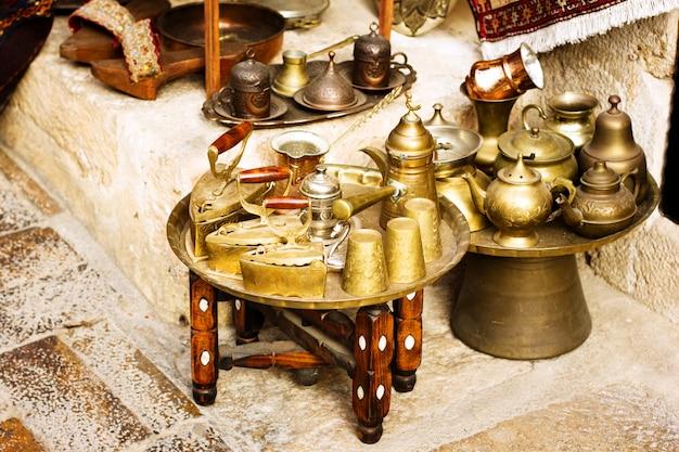 Stoviglie autentiche in metallo al bazar turco