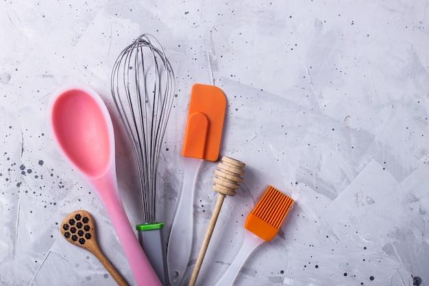 Stoviglie e strumenti per il pasticcere professionista