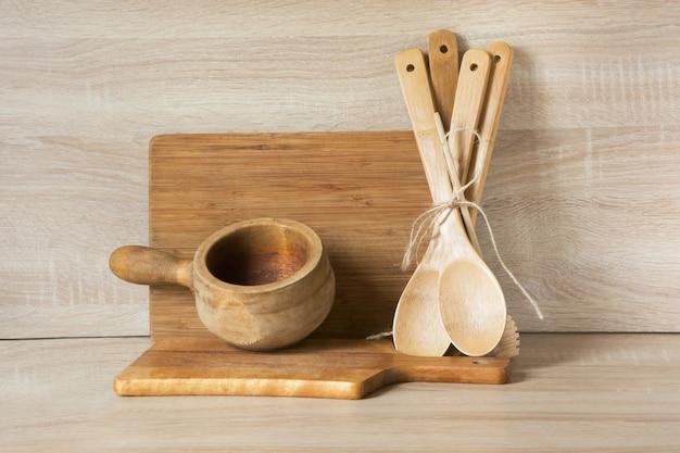 Stoviglie in legno rustico e vintage, stoviglie, utensili e cose su legno