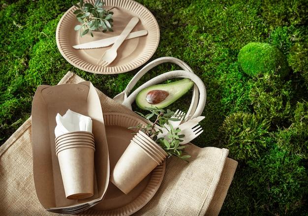 Stoviglie riciclabili ecologiche, eleganti, usa e getta, convenienti e belle.