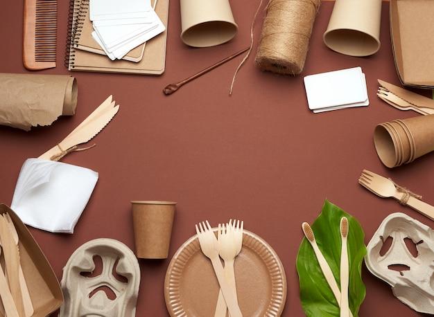 Stoviglie usa e getta in carta marrone artigianale, foglia verde