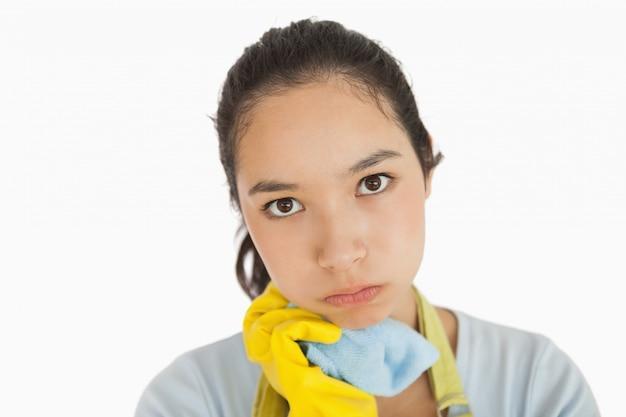 Straccio stanco di pulizia della tenuta della donna