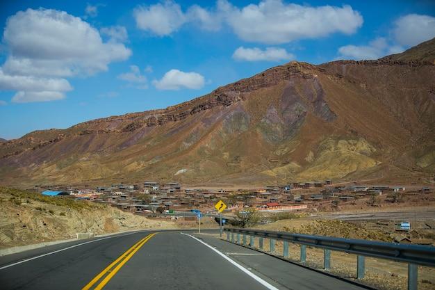 Strada asciutta e paesaggio nella cordillera real andes, bolivia
