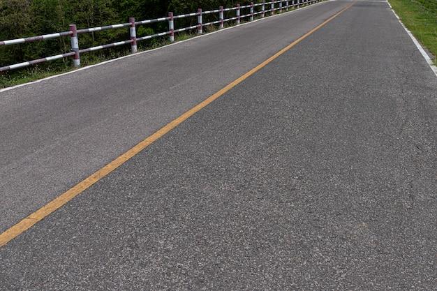 Strada asfaltata con linee di marcatura strisce bianche texture di sfondo.