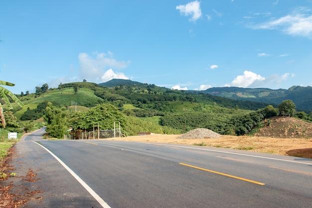 Strada asfaltata curva sulla montagna