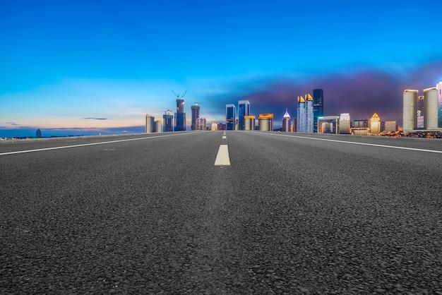 Strada asfaltata della strada principale dell'aria e costruzione commerciale degli edifici urbani moderni a suzhou