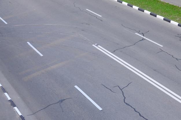 Strada asfaltata difettosa danneggiata con buche