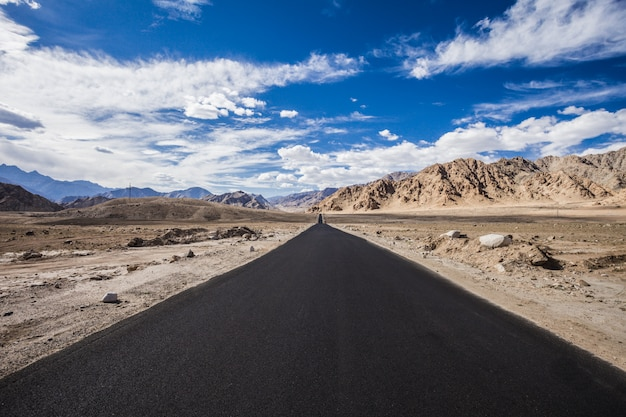 Strada asfaltata in montagna