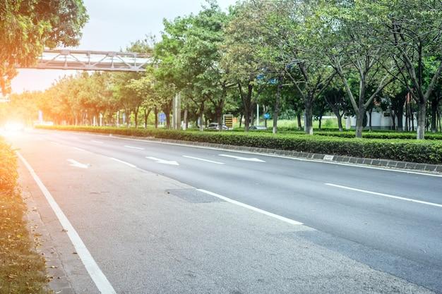 Strada asfaltata larga senza auto