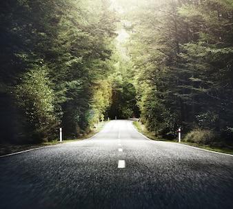Strada campestre di tema di autunno con il concetto della catena montuosa