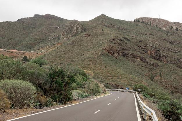 Strada che sale sulle montagne