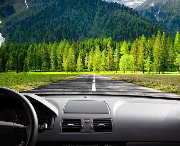 Strada dall'interno dell'auto