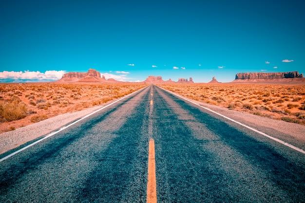 Strada del deserto che conduce alla monument valley, utah, usa
