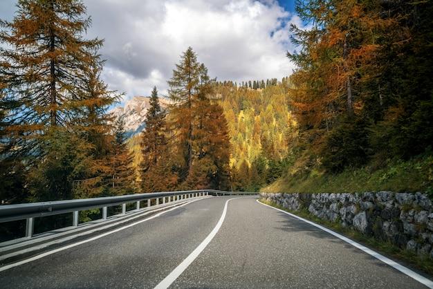 Strada della strada principale della montagna della dolomia - italia