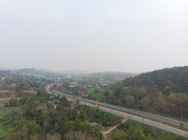 Strada di alta via con inquinamento da fumo