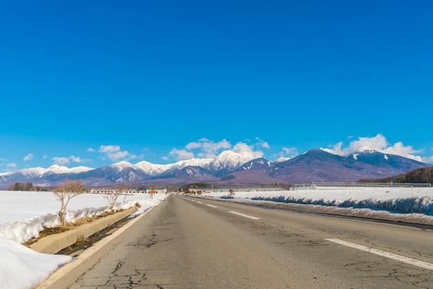 Strada di montagna in inverno (giappone)