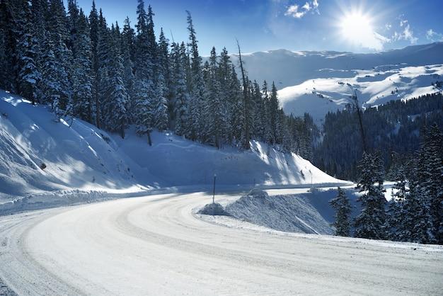 Strada di montagna innevata