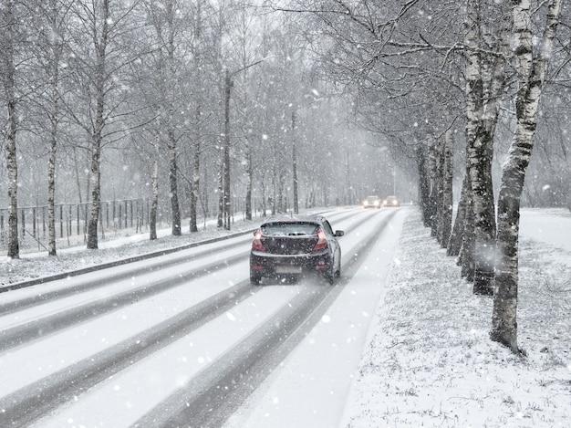 Strada di neve invernale con auto. autoveicoli invernali.