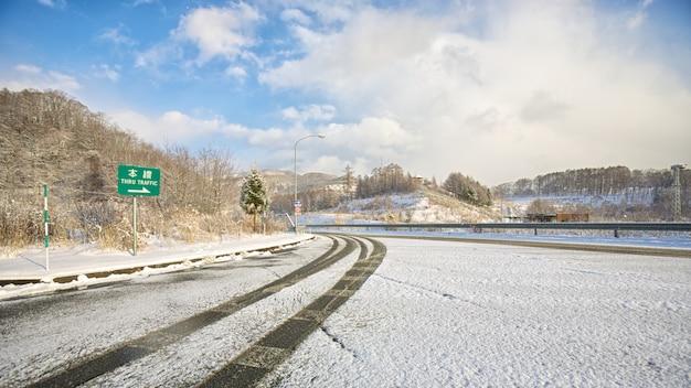 Strada di snowy su orario invernale nel giappone