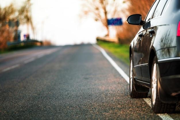 Strada e auto offuscata, sfondo di movimento di velocità